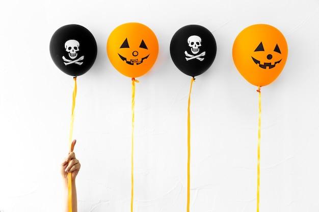 Recadrer la main avec de jolis ballons d'halloween