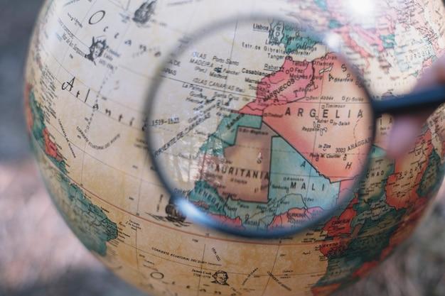 Recadrer la main avec une loupe sur le globe