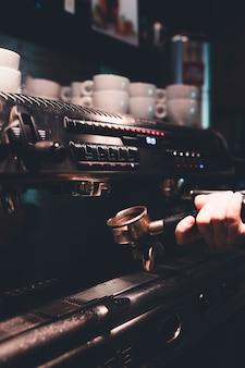 Recadrer la main en retirant le portafiltre de la machine à café