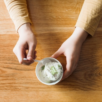 Recadrer les mains avec de la glace
