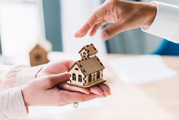 Recadrer les mains avec une petite maison