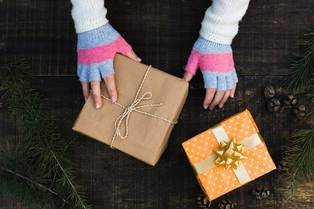Recadrer les mains près des cadeaux de noël