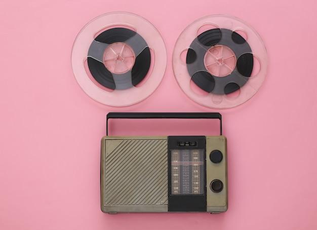 Récepteur radio portable et bobine de bande magnétique audio sur rose