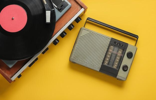 Récepteur radio rétro lecteur de vinyle à l'ancienne sur fond jaune