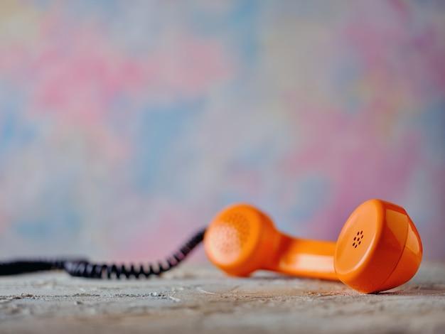 Récepteur téléphonique rétro sur la table