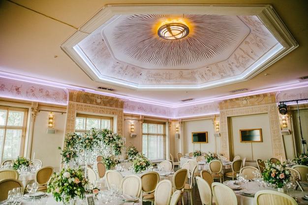 Réception de mariage avec un beau plafond