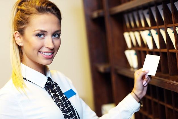 Réceptionniste avec cartes-clés