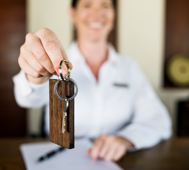 Réceptionniste remettant la clé de la chambre