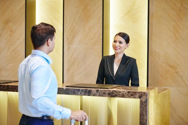 Réceptionniste rencontrant l'invité