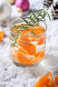 Recette cocktail de noël au gin avec clémentine, gingembre et romarin