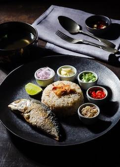 Recette de cuisine thaïlandaise: riz frit à la pâte de maquereau sur fond noir