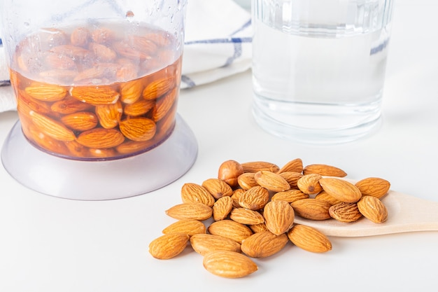 Recette. cuisson du lait végétal aux noix. étape 2: verser de l'eau aux amandes dans un mélangeur