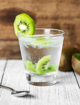 Recette de l'eau infusé de kiwi à la menthe
