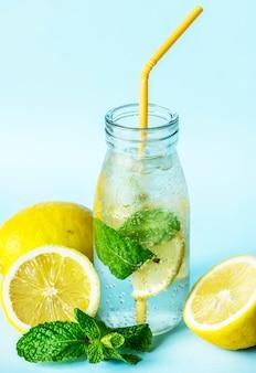 Recette d'eau infusée à la menthe et au citron