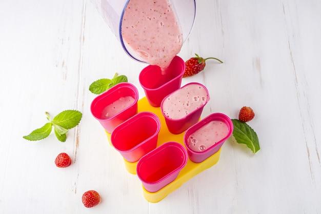 Recette étape par étape. cuisson de la crème glacée rose maison.