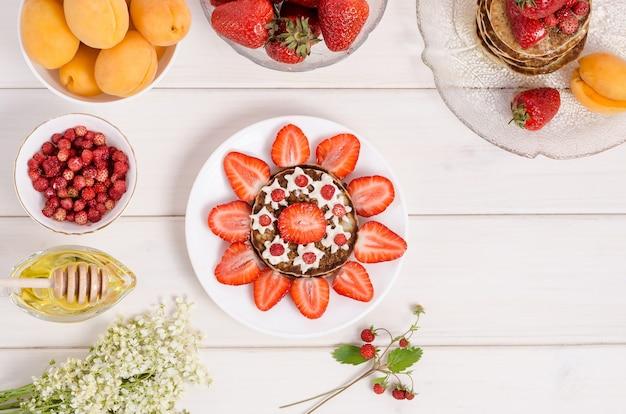 Recette étape par étape pour décorer les crêpes pour enfants sous la forme d'un soleil à la fraise