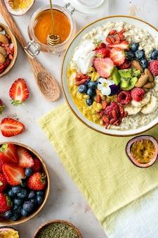 Recette de farine d'avoine saine avec des fruits et des noix