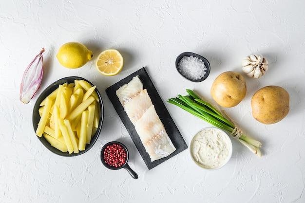 Recette d'ingrédients traditionnels de poisson et frites filets de morue crus sur pâte d'ardoise en pierre