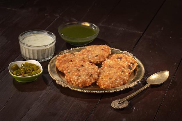 Recette de jeûne de rue célèbre indienne sabudana vada ou gâteau frit au sagou avec chutney au caillé d'arachide