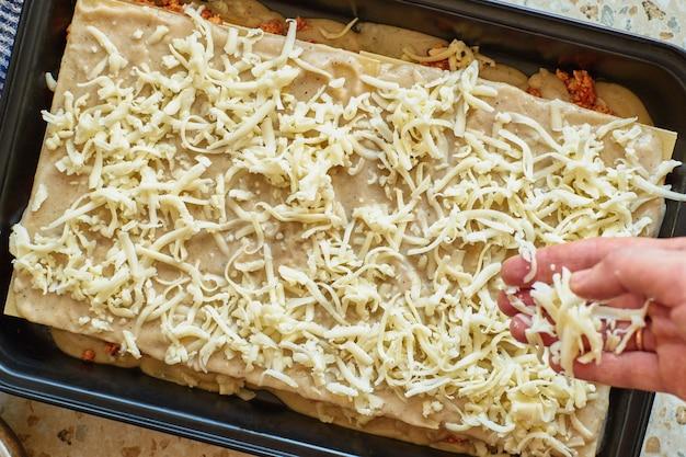 Recette de lasagnes maison avec sauce tomate et viande. recette par étapes.