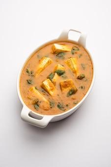 Recette de methi paneer sabzi ou fromage cottage de style indien avec des feuilles de fenugrec au curry. servi dans un bol ou karahi