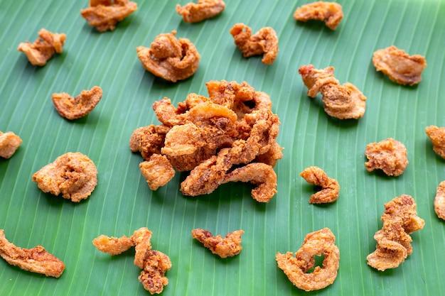 Recette de poitrine de porc croustillante frite sur feuille de bananier