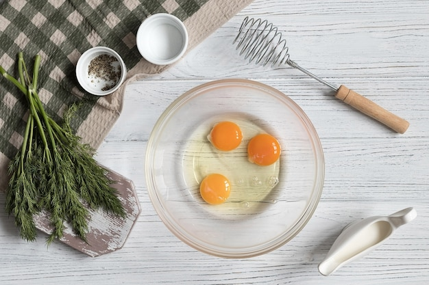 Recette pour faire une omelette aux herbes, ensemble d'ingrédients, recette étape par étape, vue de dessus