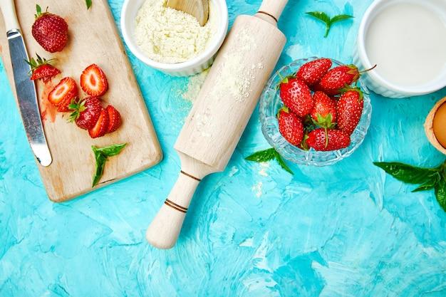 Recette pour la tarte aux fraises. ingrédients crus pour la cuisson de la tarte aux fraises