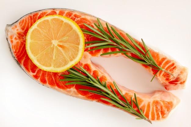 Recette steak de poisson au saumon de mer avec une tranche de citron et romarin