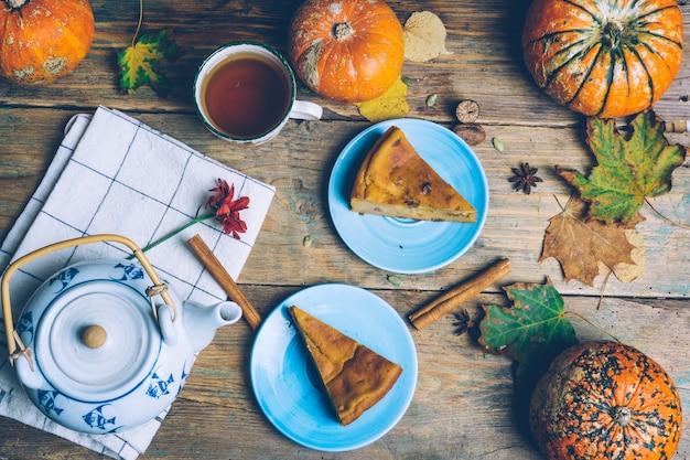 Recette de tarte au potiron en tranches maison à la cannelle, noix sur fond en bois. dessert traditionnel halloween