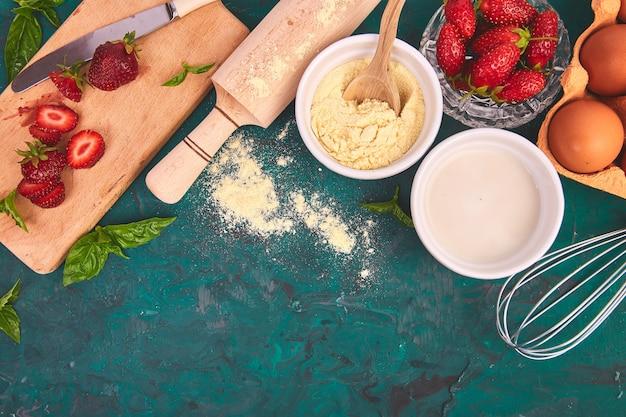 Recette de tarte aux fraises. ingrédients crus pour la cuisson de la tarte aux fraises