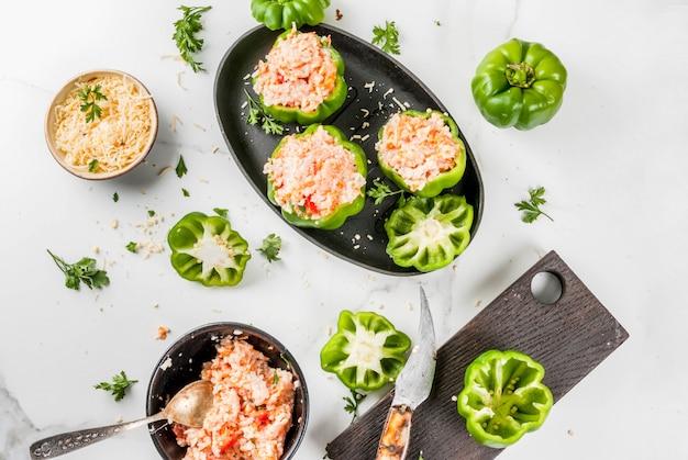 Recettes d'automne. poivron farci maison avec viande hachée, carottes, tomates, herbes et fromage.
