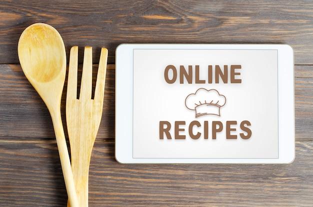 Recettes en ligne. ustensiles de cuisine. bois brun.