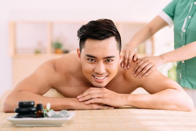 Recevoir le massage du dos