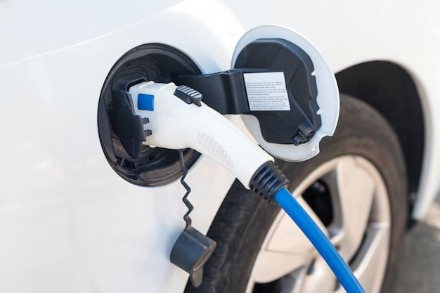 Recharge de voiture électrique moderne dans la rue