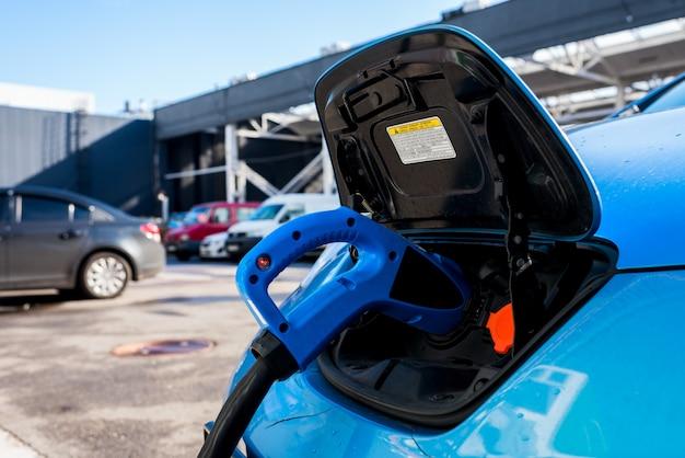 Recharge des voitures électriques dans la rue