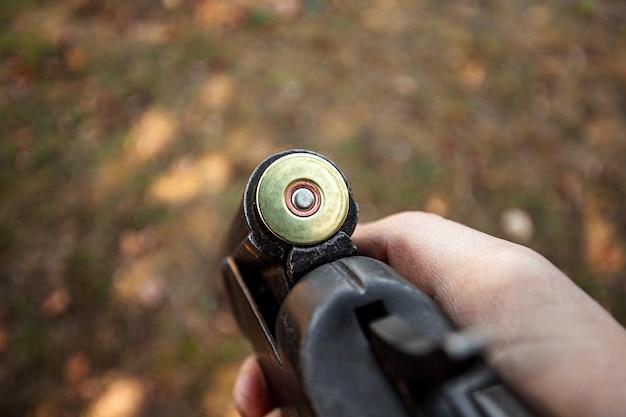 Rechargement en gros plan d'un fusil de chasse