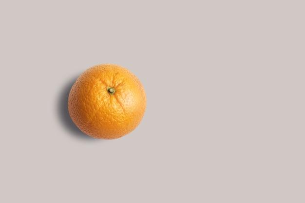 Rechargez la vue orange fraîche isolée sur fond gris. adapté à votre projet de conception.