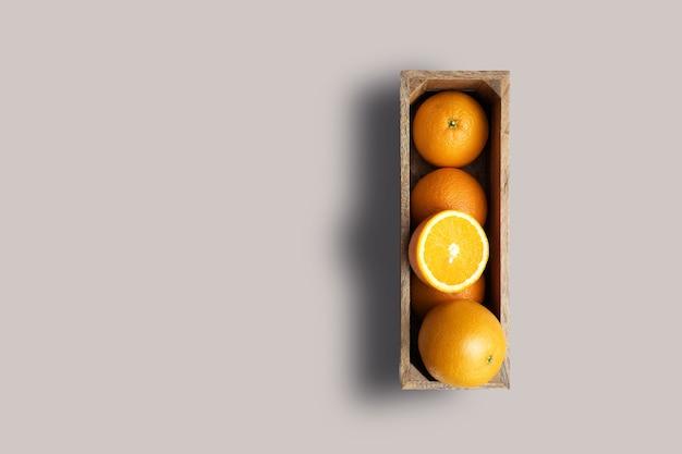Rechargez la vue sur les oranges fraîches isolées sur fond gris. adapté à votre projet de conception.