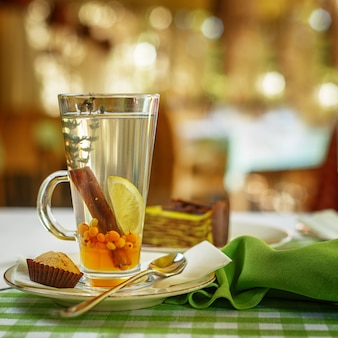 Réchauffement du thé aux fruits sur la table. réglage de la table de restaurant.