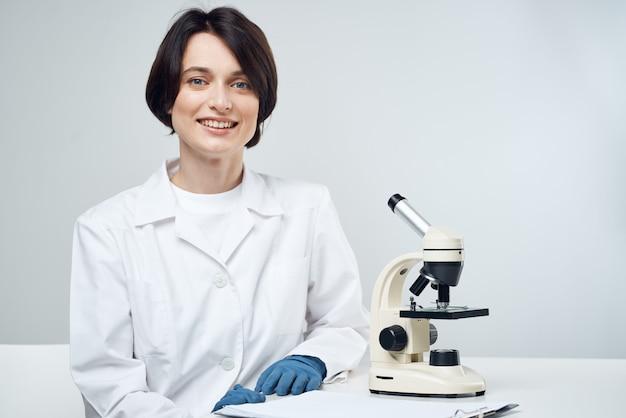 Recherche de biotechnologie de microscope de laboratoire de femme scientifique
