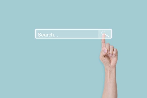Recherche de concept de navigation. cliquez à la main sur la mise en réseau des informations de données internet sur la page de recherche. espace de copie.