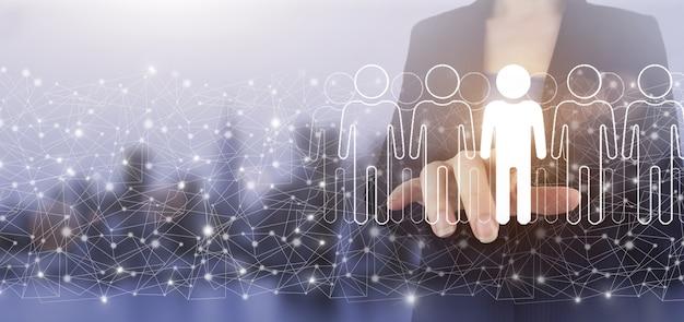 Recherche humaine.leader et pdg. hologramme d'écran numérique tactile à la main humain, signe de leader sur fond flou clair de la ville. rh ressources humaines, structure organisationnelle des relations humaines.