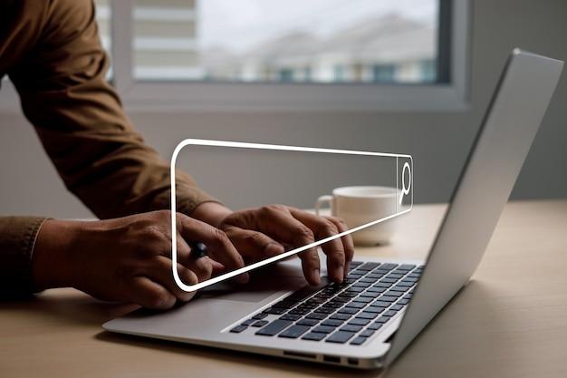 Recherche sur internet homme d'affaires à l'aide de la recherche navigation internet des objets iot sur la recherche de navigation recherche de données internet