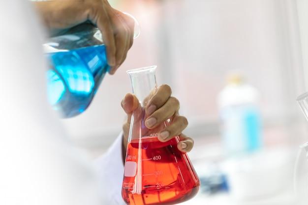 Recherche scientifique en laboratoire.
