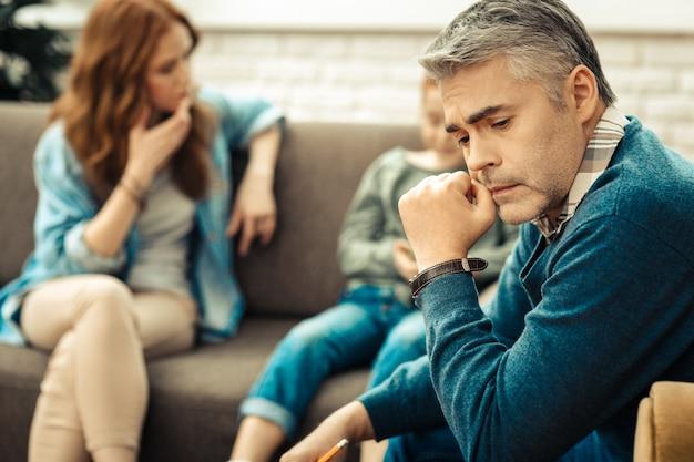 A la recherche de solutions. homme réfléchi sérieux pensant à ses patients tout en voulant les aider