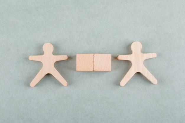 Rechercher le concept d'employé avec des blocs en bois, vue de dessus de la figure humaine en bois.