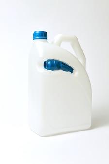 Récipient blanc vierge en plastique avec distributeur bleu et buse pour carburant et autres liquides sur fond gris clair. place pour le texte.
