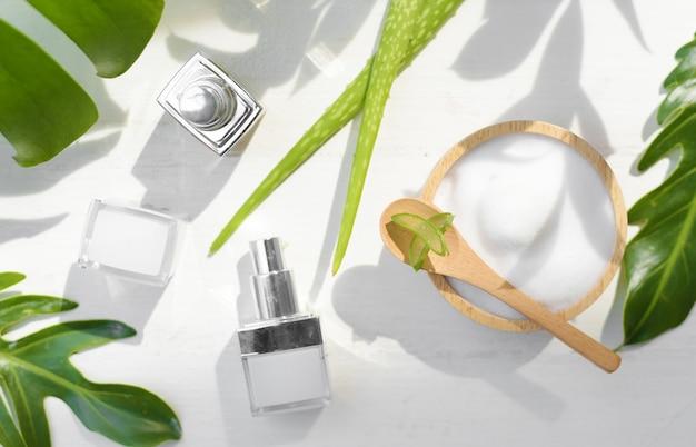 Récipient de crème cosmétique avec des feuilles et des fleurs