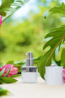 Récipient de crème cosmétique avec des fleurs
